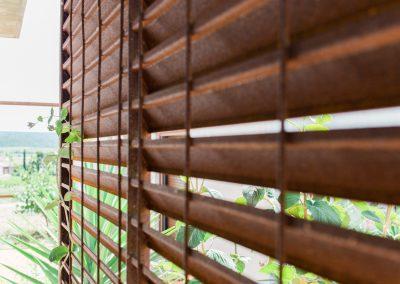Une structure en béton et acier se mariant avec la nature