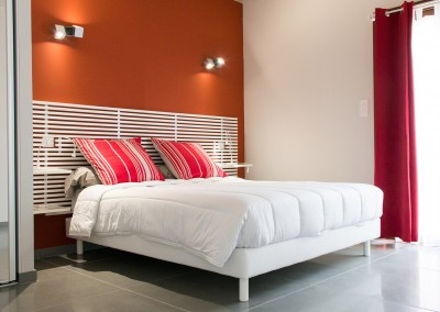 Nos gîtes disposent d'une chambre spacieuse et moderne, équipée d'un lit en 160x200 cm