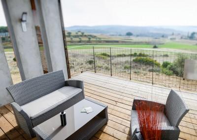 Profitez du soleil et d'une vue dégagée sur la terrasse de nos gîtes