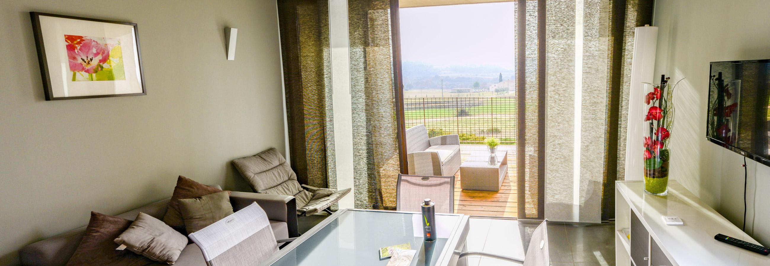 Salon équipé d'une télévision et d'un accès wifi gratuit pour vos vacances