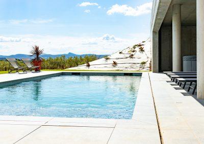 Grande piscine avec transat