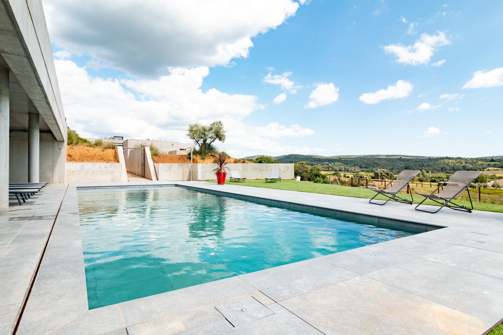 Superbe piscine contemporaine avec vue dégagée