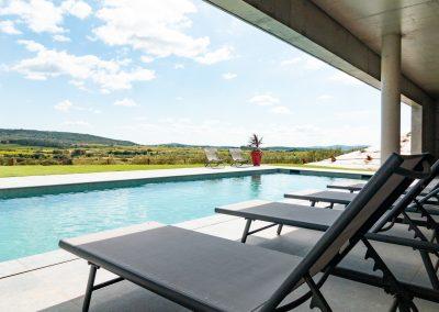 Magnifique piscine avec vue dégagée sur les montagnes alentours