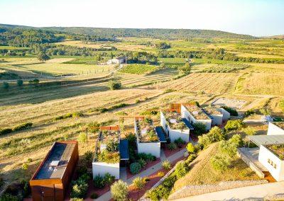 Depuis les gîtes du Mas Palat, la vue sur la plaine de Gignac (Hérault) est dégagée et sans vis-à-vis