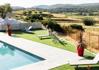 Farniente et repos au bord de la piscine du Mas Palat, avec une vue dégagée et magnifique