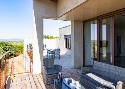 """Un patio privatif complète la terrasse du gîte """"La Picholine"""" du Mas Palat, à Gignac"""