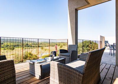 Une vue dégagée et sans vis à vis depuis la terrasse et le patio privatif du gîte la Picholine
