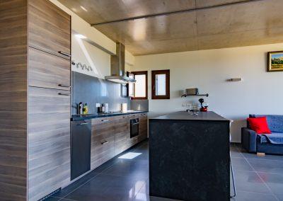 """Une cuisine ouverte bien agréable donnant sur le séjour et sur la terrasse, dans le gîte """"La Picholine"""""""
