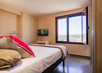 """Une des deux chambres du gîte """"La Picholine"""" dispose d'une vue dégagée sur la plaine de Gignac (Hérault)"""