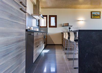 """La cuisine ouverte sur le séjour de notre gîte """"La picholine"""""""